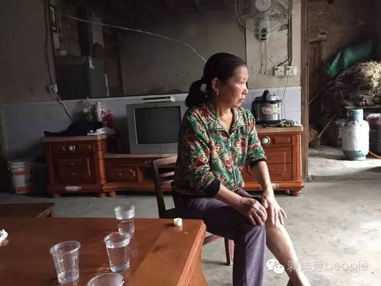 曹再发的岳母李毛珠,曹再发驾车撞人的时分她坐在车上,不久便晕去。 新京报记者刘子珩 摄
