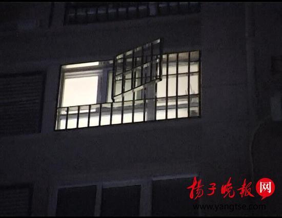 女孩所住的11楼房间防盗窗大开。