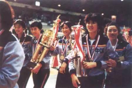 """1981年,首次夺得""""世界杯""""女子排球赛冠军的中国女排队员载誉归来。"""