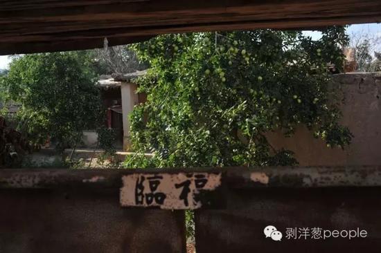 8月28日,甘肃省兰州市榆中县青城镇城河村,嫌犯高承勇老家的房屋,院门紧锁。新京报记者吴江 摄