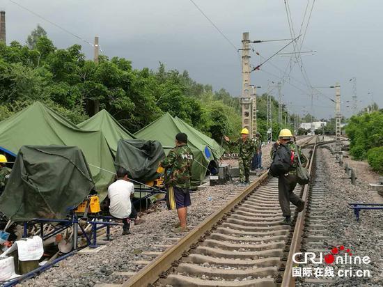 成昆铁路因泥石流中断 昆明铁路局冒雨抢修