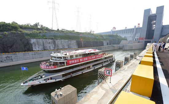 """9月18日,""""长江三峡9号""""游轮驶离升船机进入下游引航道。新华社记者 程敏 摄"""