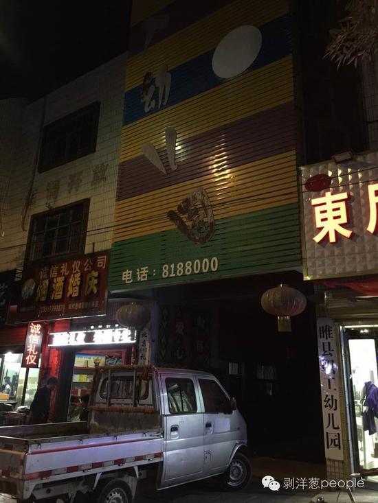 22日晚7时,睢县职工幼儿园已大门紧锁,据周边商户介绍,该园事发后未正常教学。新京报记者 王佳慧 摄