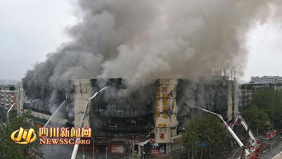 成都一楼房凌晨起火仍未熄灭 暂无人员伤亡
