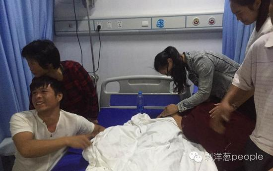 9月22日下午,陈佳好(化名)的亲属在他的遗体前。新京报记者 安钟汝 摄