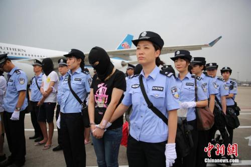 资料图: 近期广东警方将129名电信诈骗嫌疑人押解回广州。 中新社记者 粤警方 摄