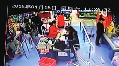 怀疑人在超市里购物。视频截图