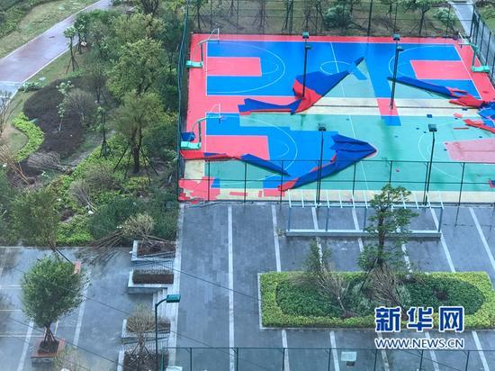 福州晋安区光明港公园操篮球场地面被大风撕裂。(图/新华网)
