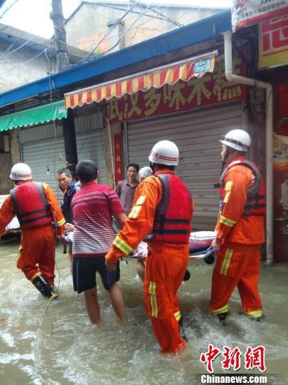 福州消防台风天转移瘫痪老人。 杨东 摄