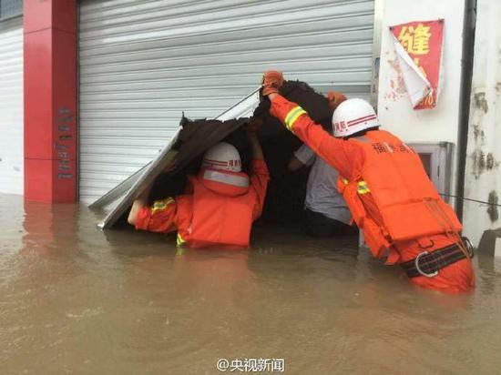 福建台风来袭小区积水过胸 民众乘橡皮艇转移