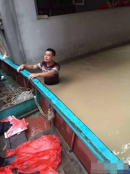新郎风雨中坐船接亲 台风也拦不住娶老婆(图)
