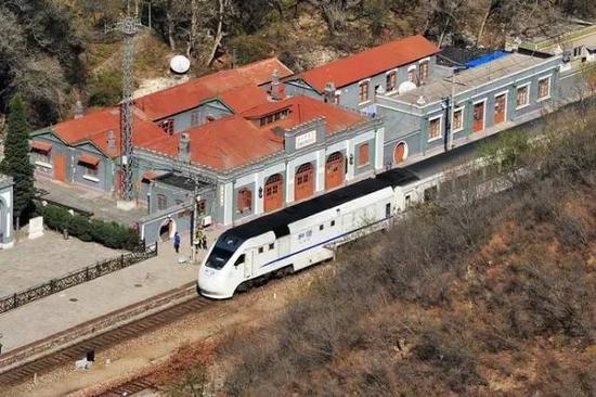 107岁的青龙桥火车站驶入一辆高速列车(资料图)