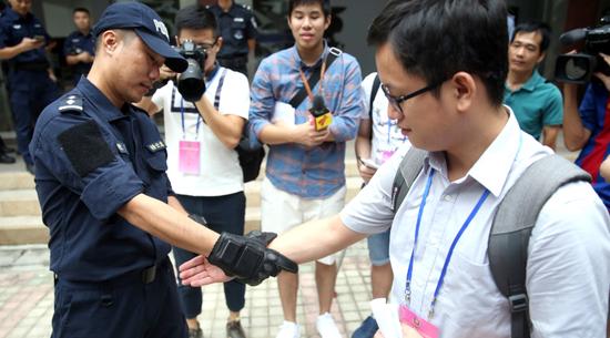 广州公安示范新装备——新型抓捕手套。广报记者邵权达 摄