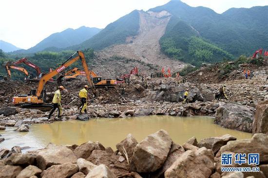 10月1日,在遂昌苏村山体滑坡现场,搜救工作继续进行。