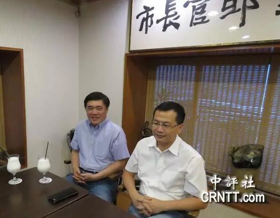 国民党副主席郝龙斌(左)
