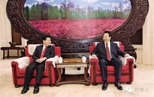 8月29日李纪恒(左)和王君在全区领导干部会议前交谈