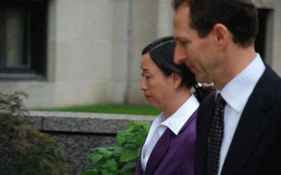 莫�(�D左)是莫海�I��的妹妹,也是大北�r集ㄨ�F��始人兼董事�L邵根夥△的妻子(半�u←���_�D)
