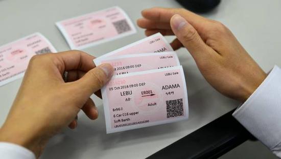 工作人员在查看打印出的测试车票。