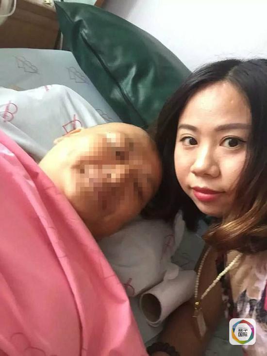 杨莉与受伤游客合影。(图片由杨莉提供)