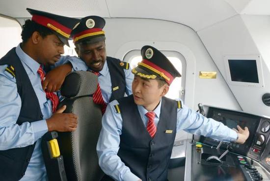 中方列车司机刘继(右)对埃塞俄比亚司机进行指导。