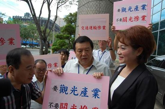 观光旅游业者代表向嘉义市议会陈情。(图片来源:台湾《中时电子报》)