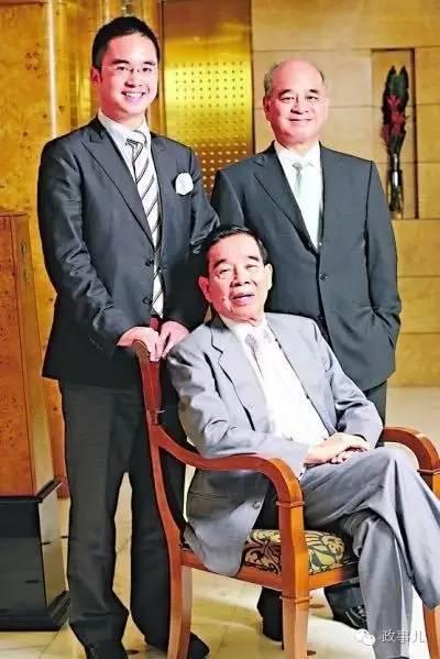 郑裕彤与长子郑家纯(后排右)、长孙郑志刚(后排左)