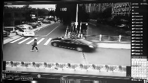 轿车顶着交警(相片中圈内)疾走 通信员供图
