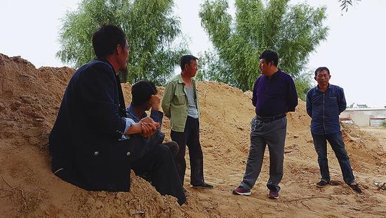 玉米铲除这么多天了,大界村的村民还在和干部争辩转基因的事