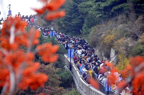 2015年10月4日,山东省泰安市,大批游客在泰山景区观光游玩。