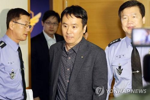 中国驻韩大使馆领事部副总领事朱继忠走出韩国中部海洋警备安全本部长办公室/图片来自韩联社