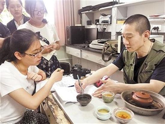 发表论文后,媒体采访韩春雨。