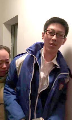 被困电梯的男生