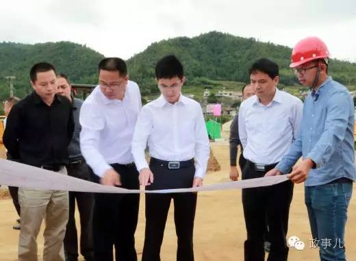 10月10日,王波(左三)调研交通项目建设工作