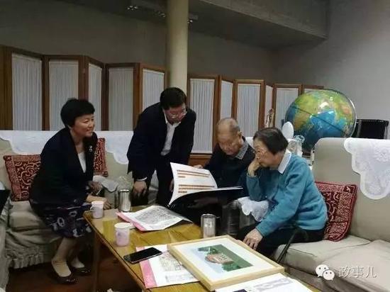 图:宋平、陈舜瑶听取邱勇和陈旭汇报学校发展情况。