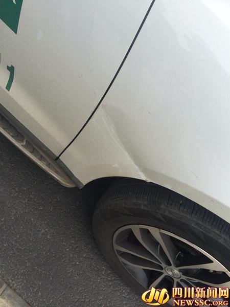 市民唐老师的汽车被抽出的凹痕