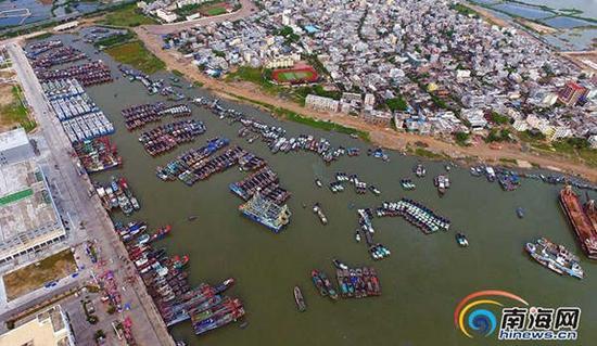 航拍在三亚市崖州中心渔港避风的渔船。(来源:南海网)