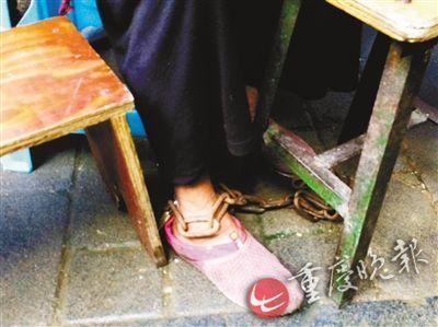 张婆婆被儿媳妇锁上了脚镣