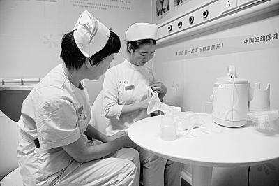 护士妈妈正在捐母乳︒ 通讯员温红蕾 摄