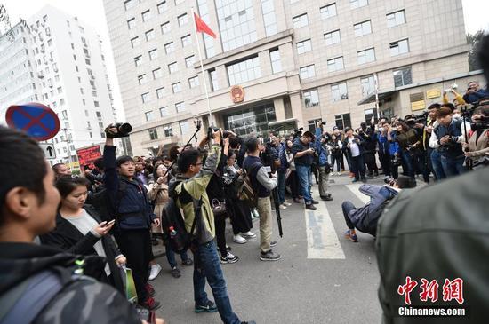 图为庭审开始前,大量记者在北京朝阳法院外等候王宝强。