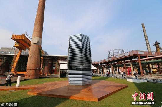 """2016年09月29日,北京,751D.Park北京时髦描绘广场,""""减霾方案""""雾霾塔媒体碰头会举办,由荷兰艺术家丹.罗塞加德 Daan Roosegaarde描绘的七米高的全球最大的氛围污染器Smog Free Tower雾霾污染塔正式开端了它的国家展现。"""