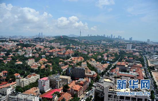 这是青岛市区风貌(8月4日摄)。新华社记者 徐速绘 摄