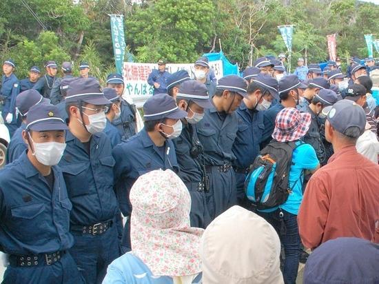 18日上午,日本警察与冲绳抗议民众对峙(冲绳时报 图)