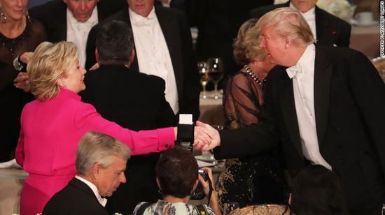 在辩论会上没握的手在慈善晚宴补上。