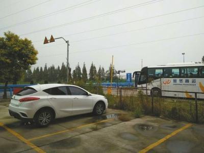 学生需要每天坐班车去浙江萧山的工厂上班。