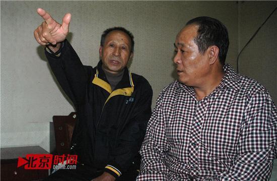 吕复堂(左一)回忆和县领导对话,右为宋承义。图/北京时间