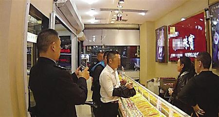 指认销赃所在 本组图像由巴南警方供图