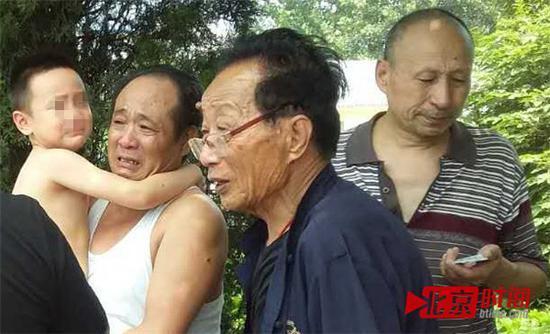 宋承义(左二)取保候审后走出看守所,抱着孙子哭了。图/北京时间