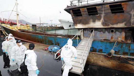 9月30日,在韩国木浦海警码头,工作人员准备登上事发中国渔船进行调查。新华社发