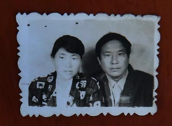 10月16日,河南项城,李桂英和丈夫齐元德唯一的二人合照。新京报记者尹亚飞 翻拍