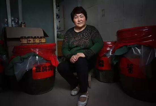 10月16日,河南项城,李桂英坐在家中制作豆腐乳和酱的屋子内。新京报记者尹亚飞 摄